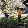 Osadníci Pístova zpracovávají dřevo